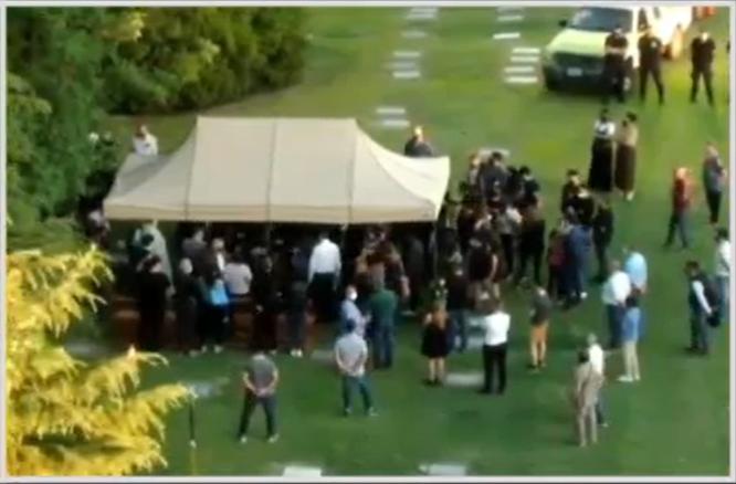 Entre amigos e familiares, Maradona é enterrado em Buenos Aires