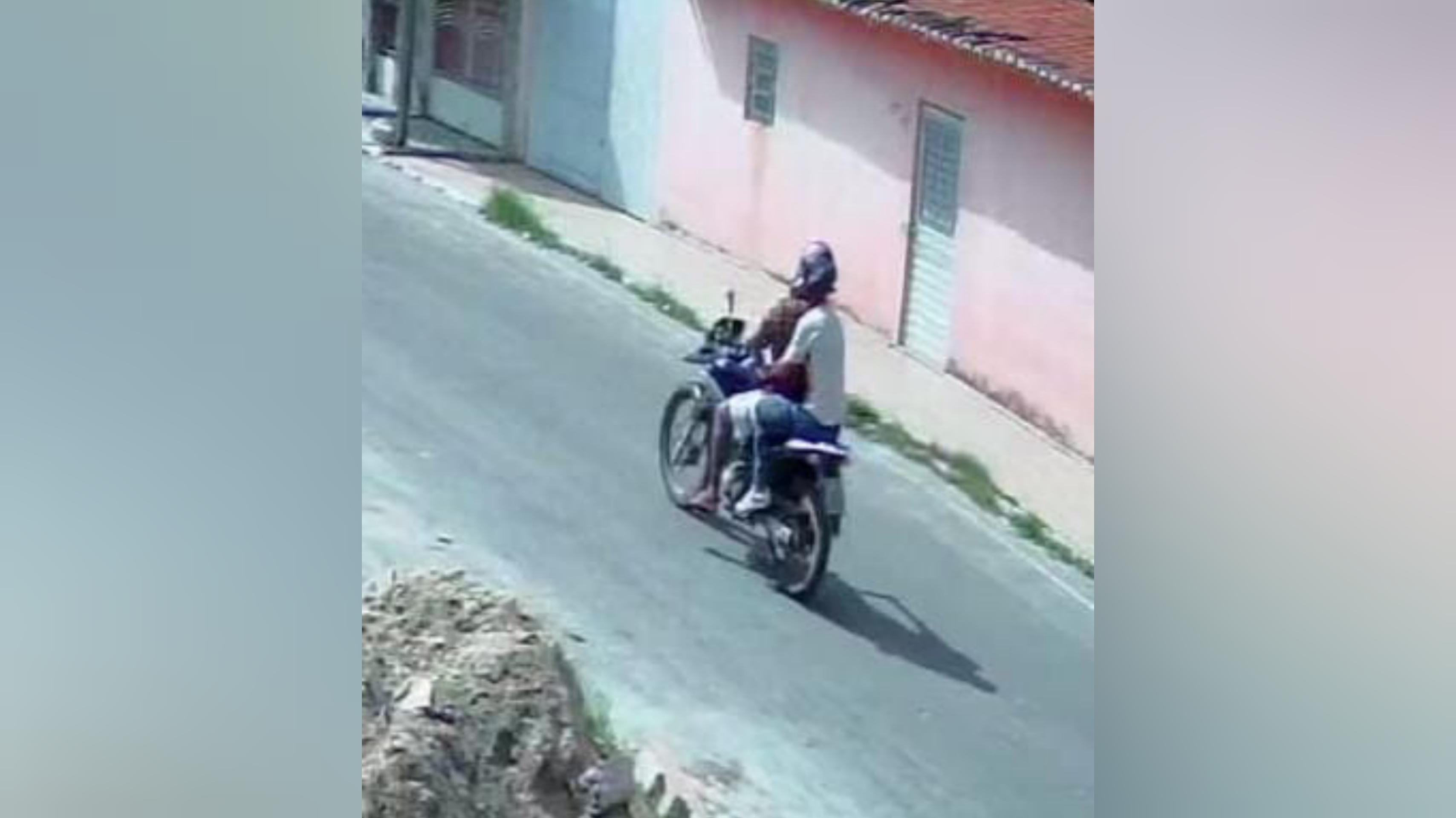 Vídeo mostra homens em moto praticando assalto em bairro de Paulo Afonso