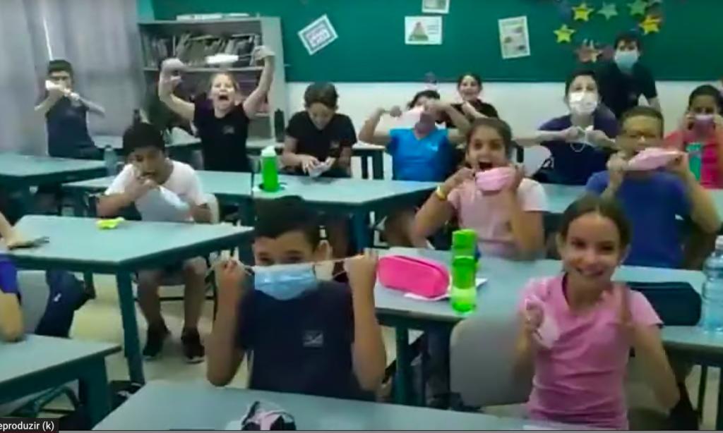 Vídeo de crianças comemorando retirada da máscara em Israel viraliza